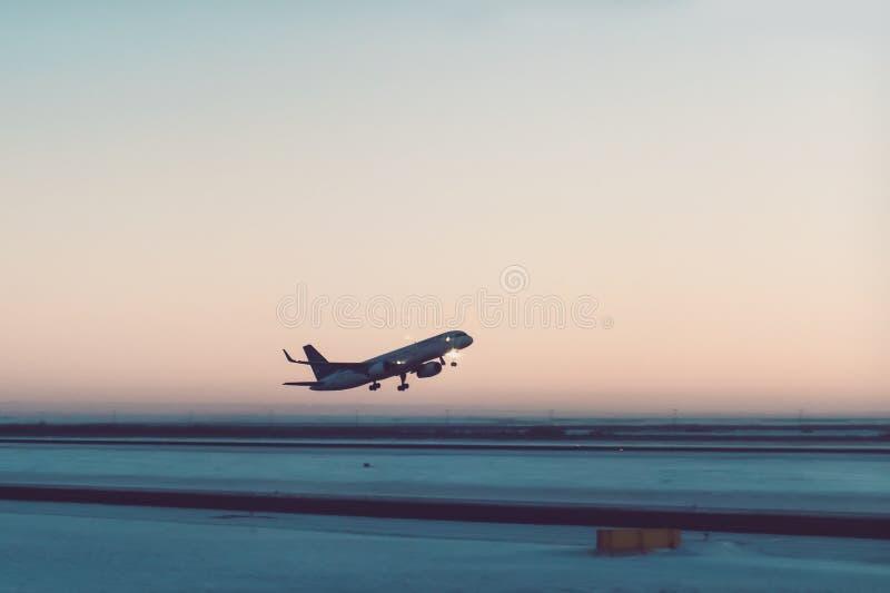 Mosca del avión de pasajeros para arriba sobre cauce del despegue imagen de archivo