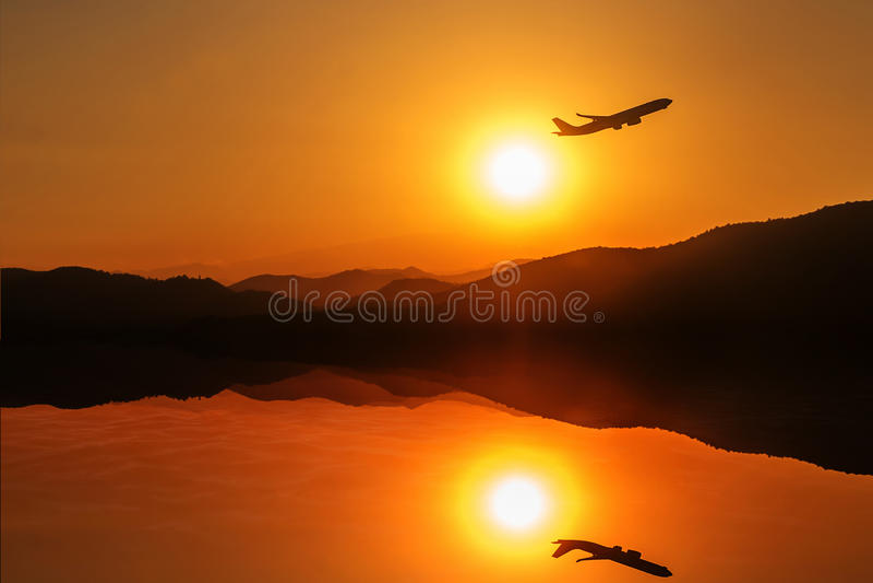 Mosca del avión de pasajeros para arriba sobre pista del despegue del aeropuerto en los soles fotos de archivo