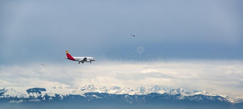 Mosca del avión de pasajeros sobre las montañas de las dolomías cubiertas por la nieve imagen de archivo libre de regalías