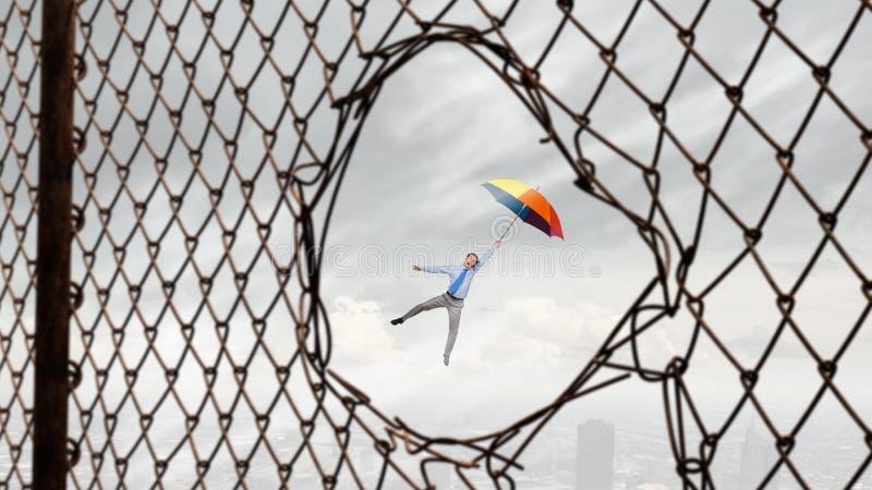 Mosca del hombre en el paraguas imagenes de archivo