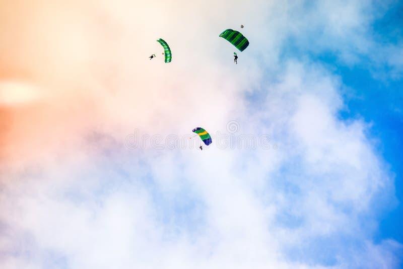 Mosca del paracadutista di tre atleti fotografie stock