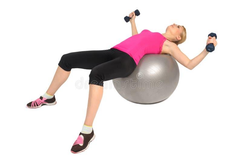 Mosca del pecho de la pesa de gimnasia en ejercicio de la bola de la aptitud de la estabilidad imagenes de archivo
