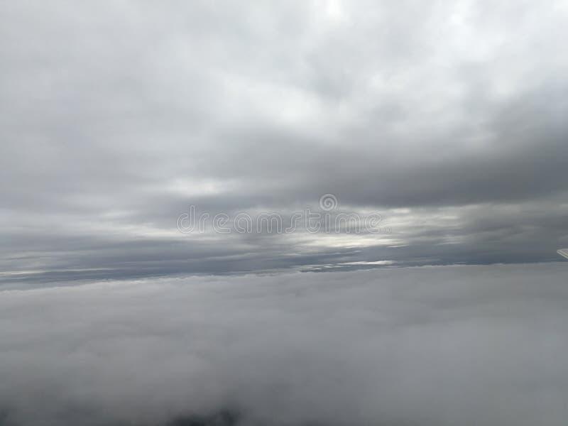 Mosca do avião no céu foto de stock