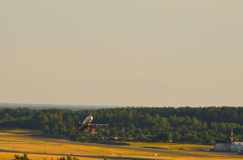 Mosca do começo do avião da estrada foto de stock