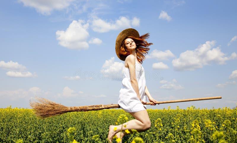 Mosca do enchantress do Redhead sobre o campo do rapeseed da mola fotos de stock royalty free