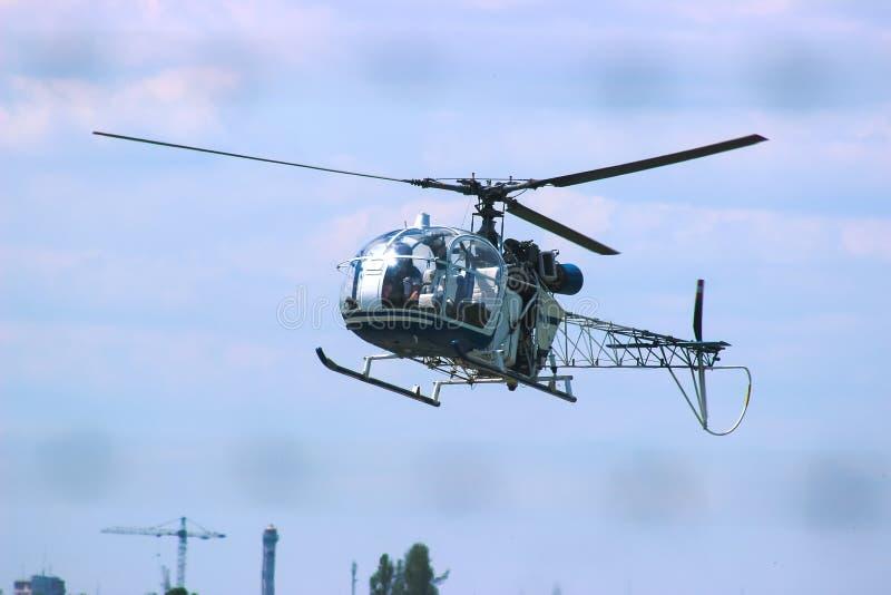 Mosca do helicóptero perto da floresta imagens de stock royalty free