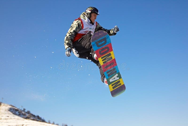 Mosca extrema del hombre del Snowboard foto de archivo