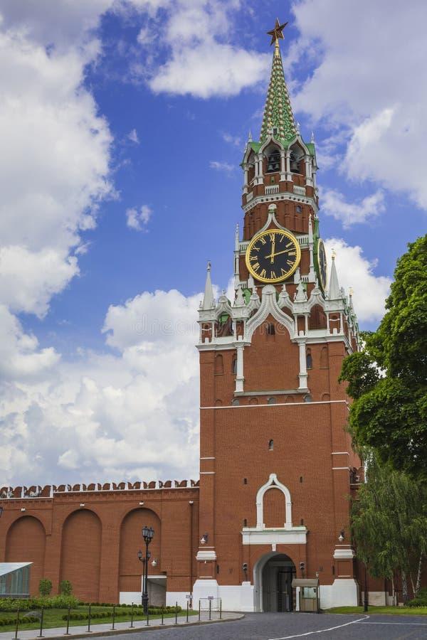 MOSCA - 4 GIUGNO 2016: Orologio chiming di Cremlino dello Spasskaya immagine stock