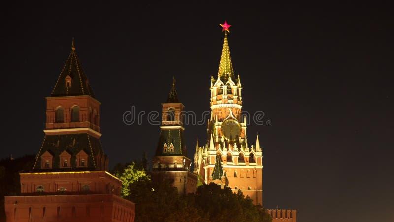 Mosca Kremlin alla notte La torretta di Spasskaya immagini stock libere da diritti
