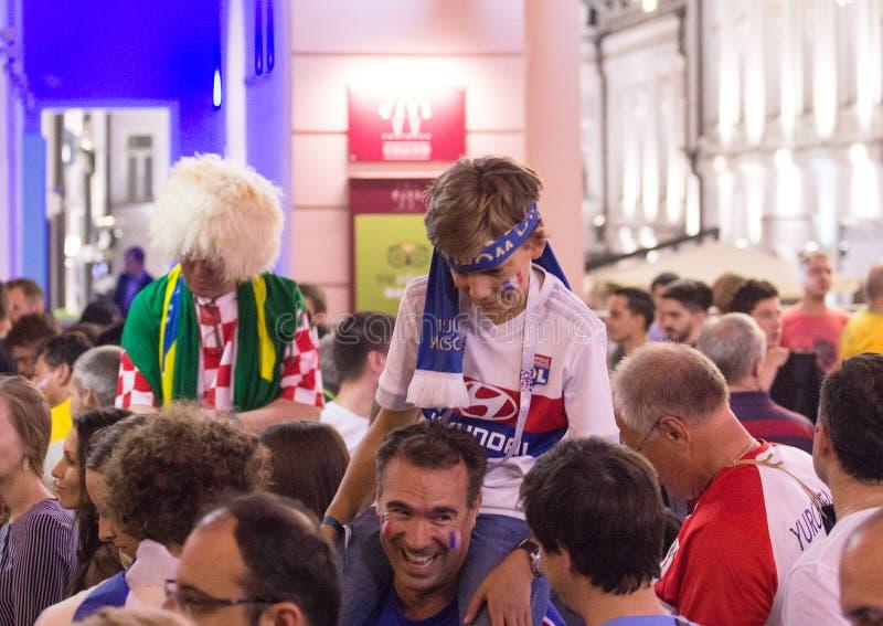Mosca la FIFA 2018 Emozioni dei tifosi sulle vie di Mosca Un ragazzo con la sciarpa sulla sua testa immagini stock libere da diritti