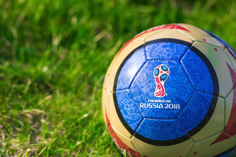 Mosca, Russia 1° maggio 2018 Palla del ricordo con l'emblema della coppa del Mondo 2018 della FIFA a Mosca fotografia stock