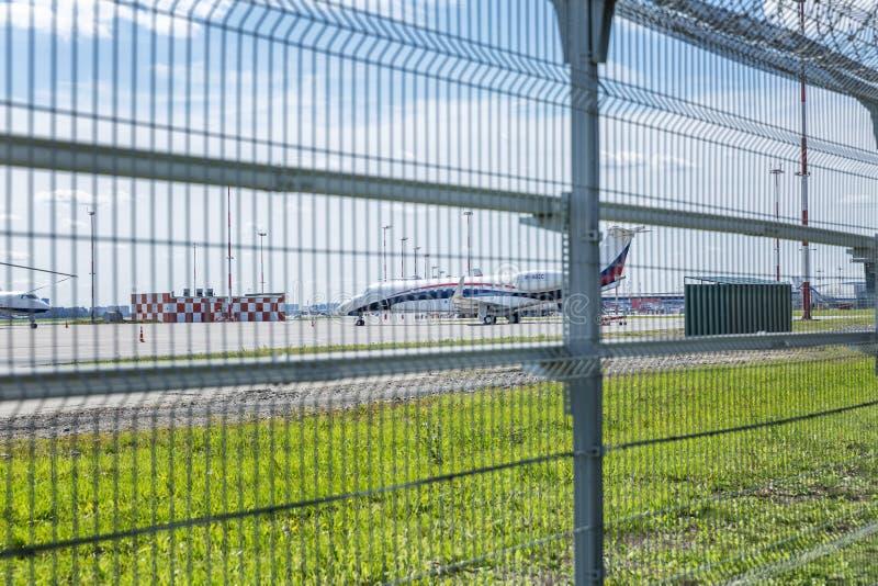Mosca, Russia, 08/11/2019: Aerodromo con gli aerei dietro il recinto immagini stock libere da diritti