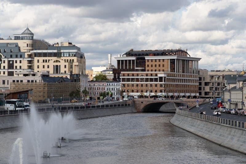 Mosca, Russia - 6 agosto 2019: vista del fiume di Mosca con le fontane sull'acqua fotografie stock libere da diritti
