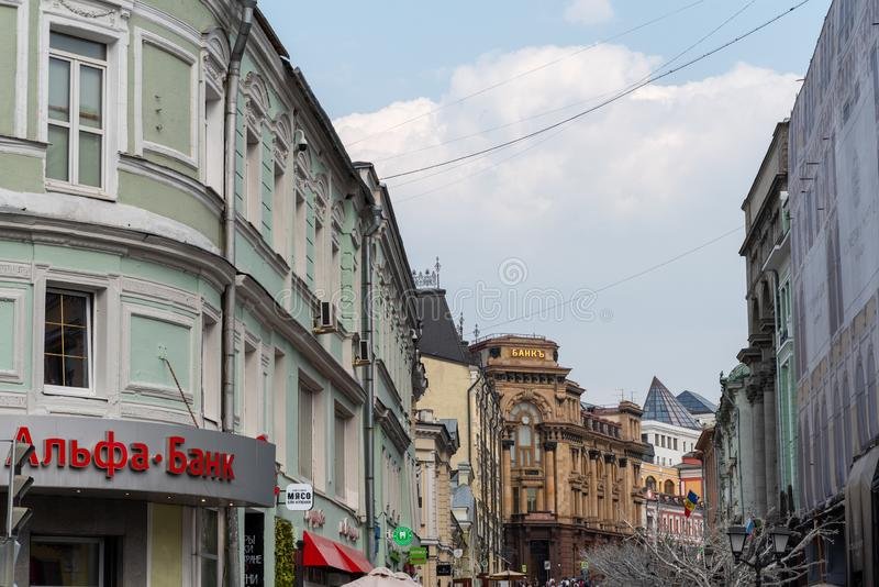 Mosca, Russia - 27 aprile 2019: Kuznetsky la maggior parte della via, vista del ramo dell'Alfa Bank moderno ed il vecchio pre-riv fotografia stock libera da diritti