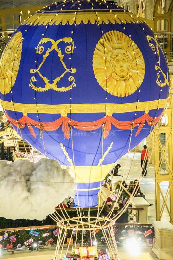 MOSCA, RUSSIA - 6 DICEMBRE 2017: Decorazioni del centro commerciale della GOMMA durante le vacanze invernali aerostato del nuovo  fotografia stock libera da diritti