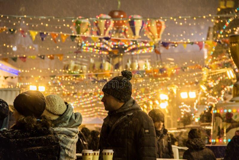 MOSCA, RUSSIA - 6 DICEMBRE 2017: La gente sul mercato di Natale sul quadrato rosso nel centro urbano di Mosca immagine stock