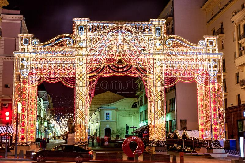 MOSCA, RUSSIA - DICEMBRE 2017: Notte Mosca durante il tempo di Natale nell'inverno Le decorazioni di Natale vicino al quadrato di immagine stock