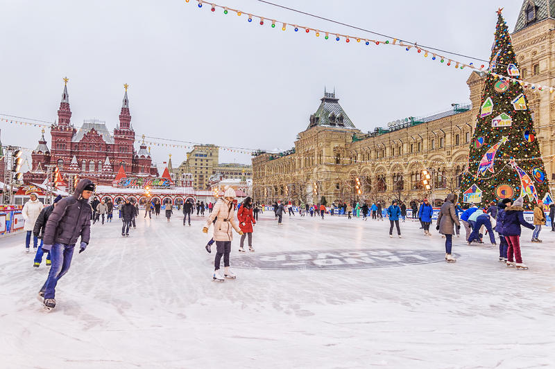 MOSCA, RUSSIA - 7 DICEMBRE 2016: pista di pattinaggio di pattinaggio su ghiaccio su Squar rosso immagine stock