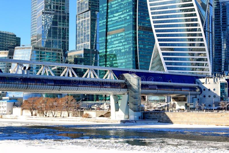 Mosca, Russia - 14 febbraio 2019: Ponte commerciale e pedonale Bagration e città internazionale di Mosca del centro di affari di  fotografia stock libera da diritti