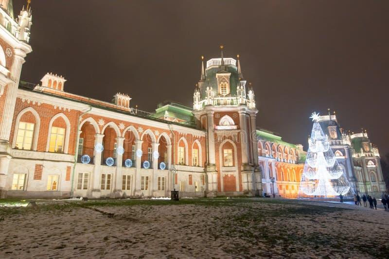 Mosca, Russia 6 gennaio: Il grande palazzo nel museo e nel parco di Tsaritsyno con l'albero di Natale fotografia stock libera da diritti