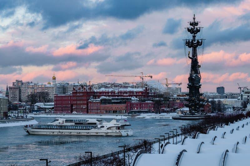 MOSCA, RUSSIA - 22 GENNAIO 2019: La nave del motore ha luogo nel fiume di Mosca all'inverno immagini stock