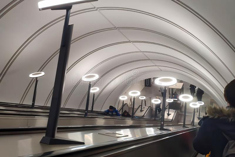 Mosca, Russia - 29 gennaio 2019: Plafoniere sulla discesa sulla scala mobile nella metropolitana Savelovskaya immagine stock libera da diritti