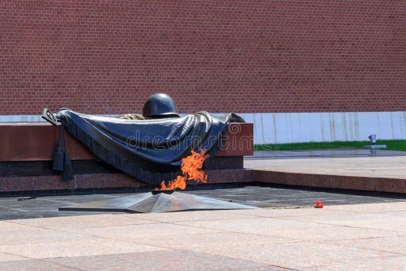 Mosca, Russia - 3 giugno 2018: Fiamma eterna alla tomba del soldato sconosciuto vicino alla parete del Cremlino di Mosca fotografia stock libera da diritti
