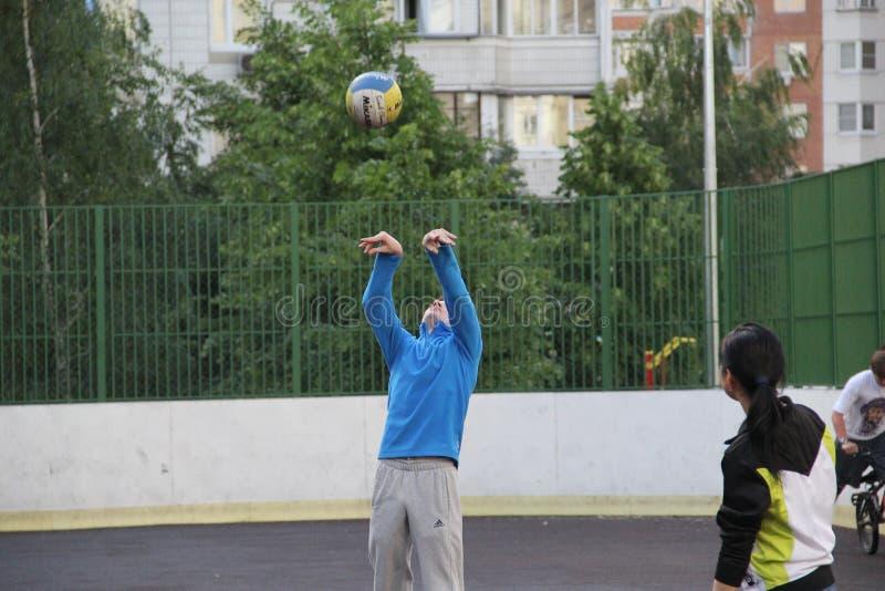 Mosca, Russia 5 giugno 2015: gioco di pallavolo nell'iarda fotografia stock libera da diritti