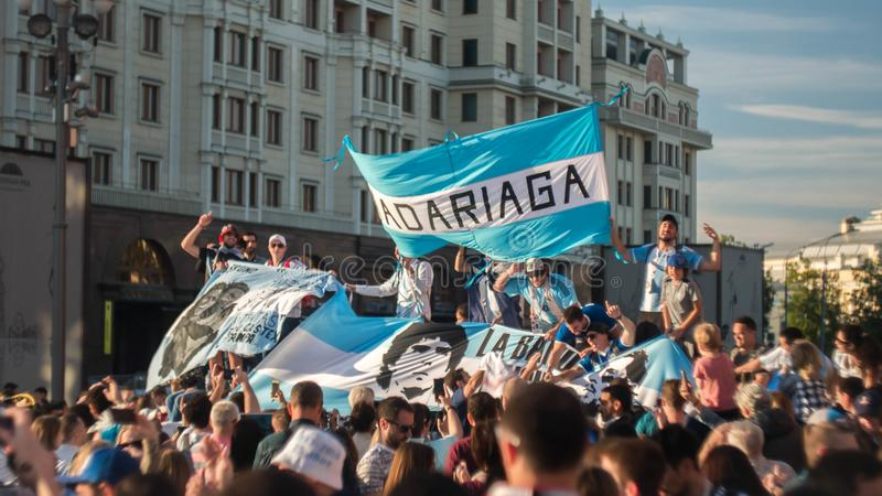 MOSCA, RUSSIA - 15 giugno 2018: I fan dell'Argentina cantano le canzoni sul quadrato rosso a Mosca fotografia stock