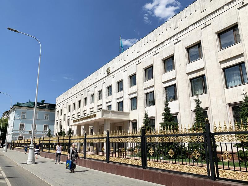 Mosca, Russia, 20 giugno, 2019 La gente che cammina vicino alla costruzione dell'ambasciata della Repubblica del Kazakistan Boule fotografia stock
