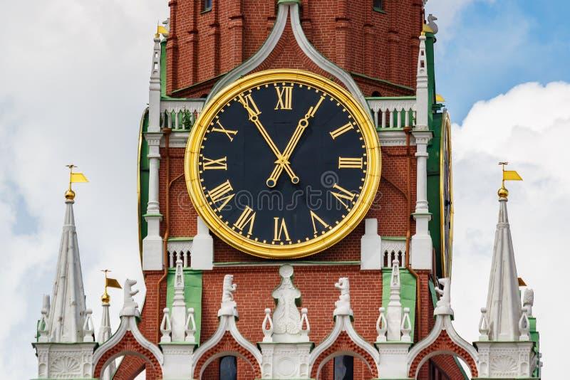 Mosca, Russia - 2 giugno 2019: Orologio dei carillon della torre di Spasskaya del primo piano di Cremlino di Mosca su un fondo di fotografia stock libera da diritti