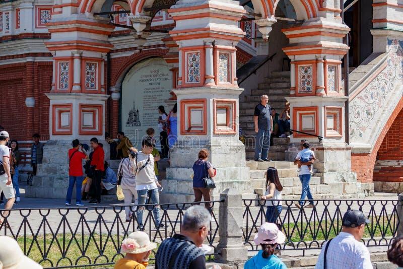 Mosca, Russia - 2 giugno 2019: Turisti che camminano vicino alle pareti del san Basil Cathedral sul quadrato rosso a Mosca al gio immagini stock libere da diritti