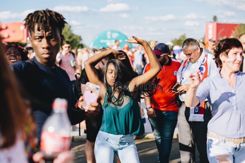 MOSCA, RUSSIA - GIUGNO 2018: Una ragazza afroamericana balla in una zona del fan durante la coppa del Mondo immagine stock libera da diritti