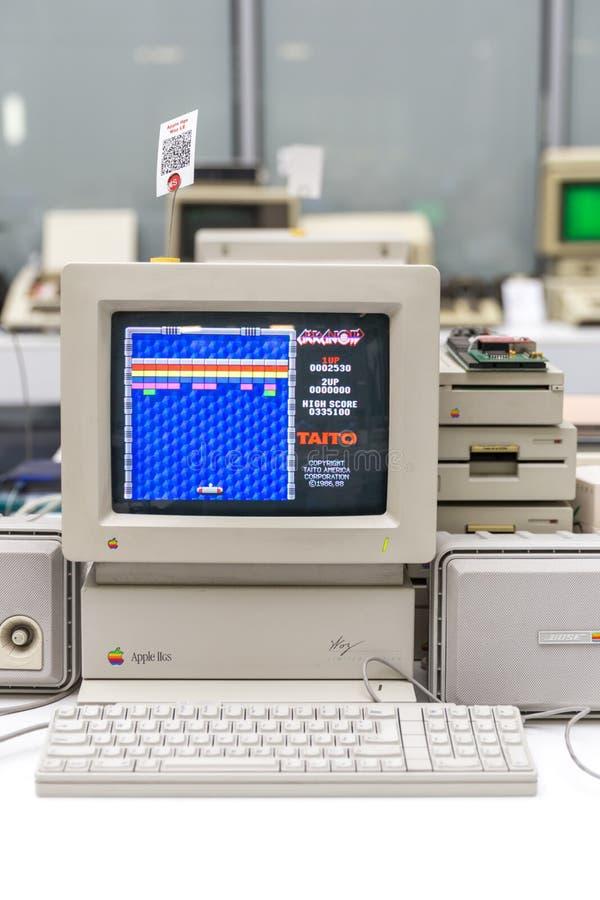 MOSCA, RUSSIA - 11 GIUGNO 2018: Vecchio computer originale di Apple Mac in museo a Mosca Russia immagini stock libere da diritti
