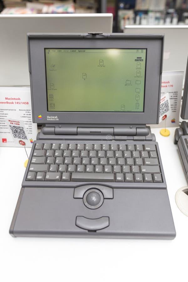 MOSCA, RUSSIA - 11 GIUGNO 2018: Vecchio computer originale di Apple Mac in museo a Mosca Russia fotografia stock libera da diritti