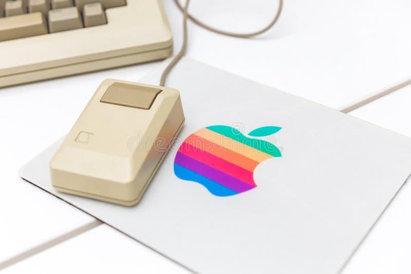 MOSCA, RUSSIA - 11 GIUGNO 2018: Vecchio topo originale di Apple Mac in museo a Mosca, Russia fotografie stock libere da diritti