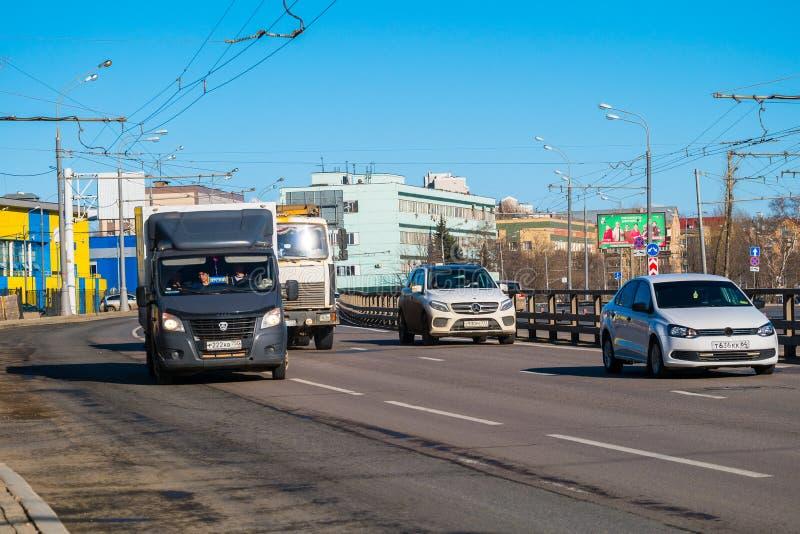 MOSCA, RUSSIA, IL 2 APRILE, 2019: Traffico di giorno sulle vie della capitale Viale di Ryazansky fotografia stock