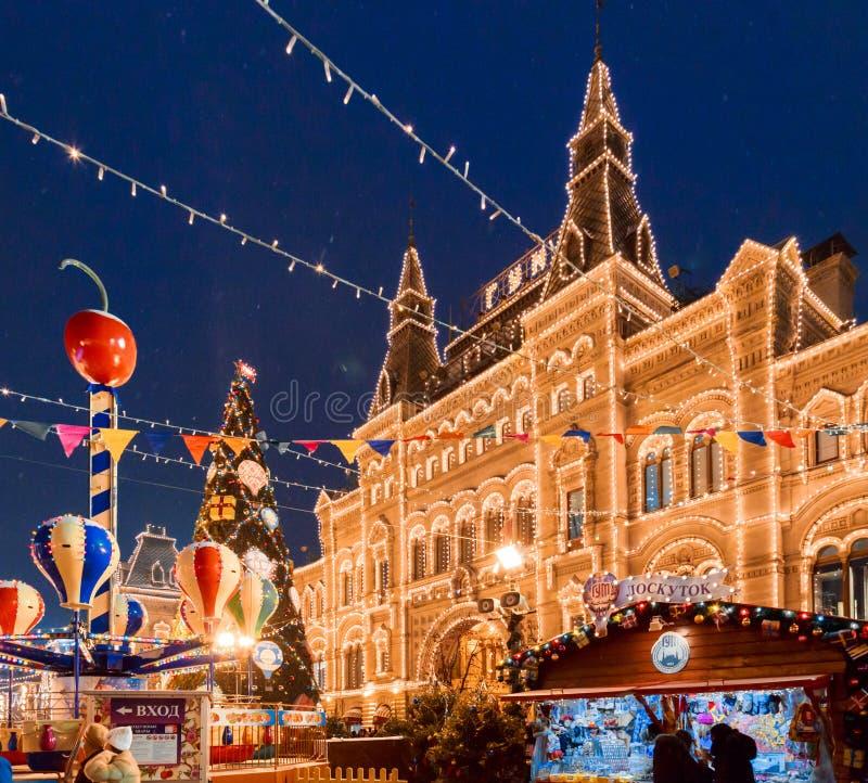 Mosca, Russia, il 5 dicembre 2017: Mosca ha decorato per le feste di Natale e del nuovo anno GOMMA, quadrato rosso fotografie stock