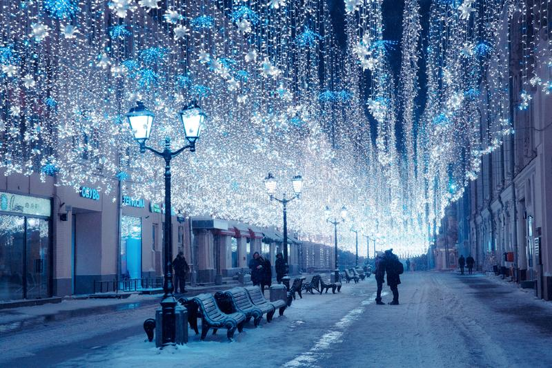 Mosca, Russia, il 17 gennaio 2018 Inverno Mosca di notte nello sno fotografia stock libera da diritti