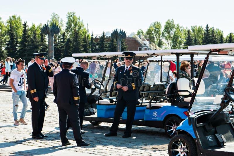 Mosca, Russia, il 9 maggio 2018: impiegati di trasporto pubblico in costumi cerimoniali in onore del giorno di vittoria immagini stock