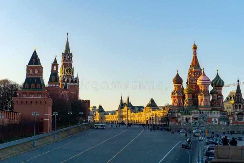 Mosca, Russia, il 30 maggio 2019: La cattedrale del basilico della st e pareti e torre di Cremlino in quadrato rosso in cielo blu immagine stock libera da diritti
