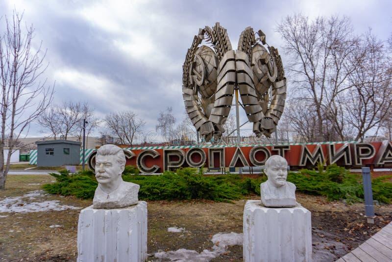 Mosca, Russia, il 29 maggio 2019: Vecchia statua comunista di Lenin e di Stalin nel parco verde pubblico di Gorkij fotografia stock libera da diritti