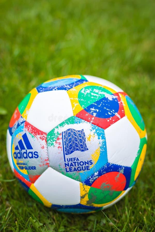 Mosca, Russia, il 7 ottobre 2018: Lega di nazioni dell'UEFA di Adidas, aliante ufficiale della palla della partita sull'erba immagine stock libera da diritti