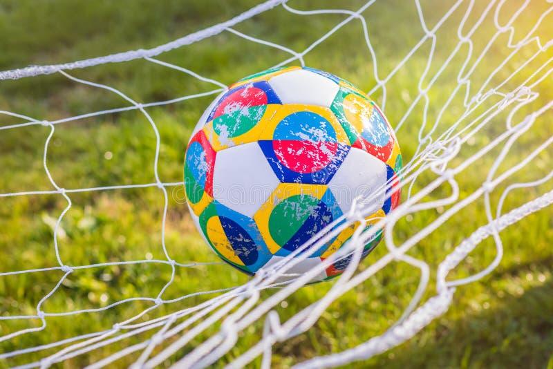 Mosca, Russia, il 7 ottobre 2018: Lega di nazioni dell'UEFA di Adidas, aliante ufficiale della palla della partita sull'erba fotografie stock libere da diritti