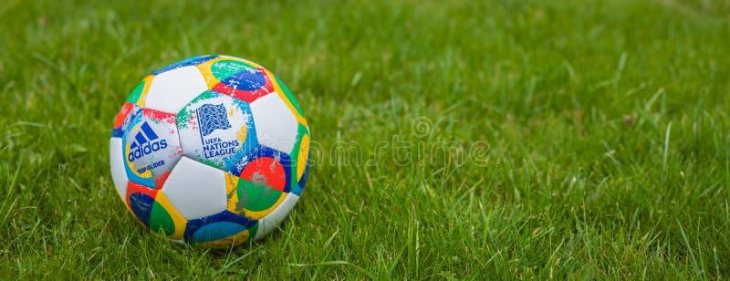 Mosca, Russia, il 7 ottobre 2018: Lega di nazioni dell'UEFA di Adidas, aliante ufficiale sull'erba, insegna della palla della par fotografie stock libere da diritti