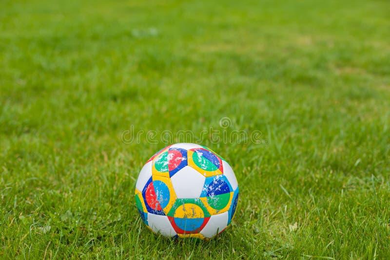 Mosca, Russia, il 7 ottobre 2018: Lega di nazioni dell'UEFA di Adidas, aliante ufficiale sull'erba, insegna della palla della par fotografia stock libera da diritti