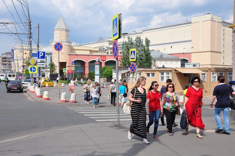 MOSCA, RUSSIA - 15 06 2015 La gente in vie centrali di Mosca - anello del giardino, circa il Kursk sotterraneo fotografie stock