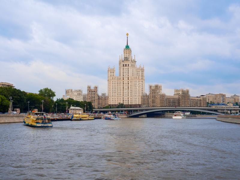 Mosca, Russia - luglio 2016: Costruzione sull'argine di Kotelnicheskaya a Mosca Uno di sette grattacieli stalinisti fotografia stock libera da diritti