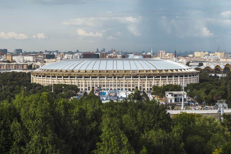 Mosca, Russia, luglio 2019: la vista dello stadio di Luzhniki e della cabina di funivia dalle colline del passero Vista panoramic fotografie stock libere da diritti