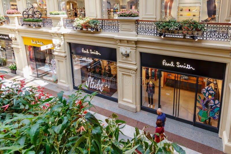 Mosca, Russia - 28 luglio 2019: Stanze frontali di negozio del butique di Paul Smith nel grande magazzino di dipartimento di stat fotografia stock libera da diritti